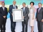 El escritor José Rafael Lantigua (centro) recibe el certificado del Premio Nacional Feria del Libro Eduardo León Jimenes de manos del Ministro de Cultura, José Antonio Rodríguez.