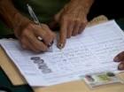 Una persona firma una petición, organizada por la oposición, para iniciar un referendo revocatorio del mandato del presidente de Venezuela Nicolás Maduro en San Cristóbal.