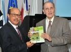 Pablo Tactuk entrega un ejemplar del levantamiento al ministro Montás.