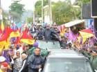 Danilo Medina durante la caravana en Monseñor Nouel.