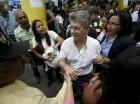 El presidente de la Asamblea Nacional venezolana, Henry Ramos Allup, saluda a personas que hacen fila para firmar una petición, para un referendo revocatorio del mandato del presidente Nicolás Maduro.