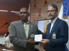 El secretario de la JCE entrega CD al delegado del Partido Demócrata Institucional(PDI).