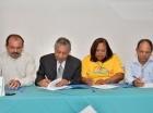 Roberto Salcedo por el PLD y representantes de organizaciones firman acuerdo.