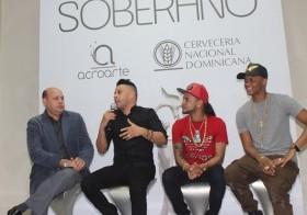 Jorge Ramos C., presidente de Acroarte, junto a los cantantes Shadow Blow, Mozart La Para y Secreto.