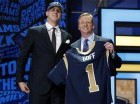Jared Goff posa con el comisionado de la NFL Roger Goodell, luego que los Rams de Los Ángeles lo reclutaron como la primera selección del draft.