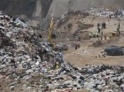 Grupos de rescatistas buscan entre los escombros en un vertedero de basura donde se registró un derrumbe en la ciudad de Guatemala, el jueves 28 de abril de 2016.