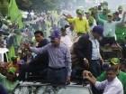 Danilo Medina durante el recorrido en Higüey-Yuma. En el vehículo de atrás, Amable Aristy Castro.