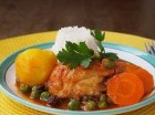 """El pollo guisado forma parte de la """"bandera dominicana"""", el plato tradicional."""