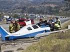 Socorristas examinan la escena de un accidente aéreo.