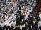 El pívot del Heat de Miami, Hassan Whiteside, clava el balón en la primera mitad del séptimo duelo de la primera ronda de los playoffs de la Conferencia Este ante los Hornets de Charlotte.