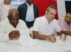 Luis Abinader firma acuerdo donde se compromete a aplicar un aumento general de salarios.