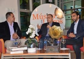 Cherito (centro), al ser entrevistado por Máximo Jiménez (izquierda) y Kelvin Mejía.