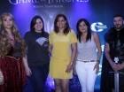 Giulia Sollami, Rosario Veras y Liza Arzeno acompañados de los modelos, quienes caracterizan personajes de la serie.