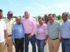 Fernández Mirabal junto a personalidades de la comunidad de Comendador.