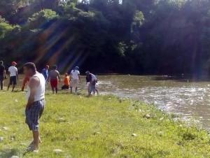 Durante la búsqueda de un hombre y sus hijos adolescentes que murieron ahogados en el río Yaque del Norte.