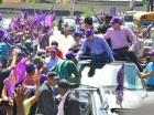 Un hombre besa la mano de Danilo Medina a su paso por Santiago.
