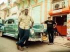 Eric López junto a uno de los autos antiguos del club de Coleccionistas Dominicanos de Autos Antiguos.