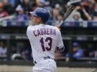 El jugador de los Mets, Asdrúbal Cabrera, conecta un jonrón de dos carreras contra los Bravos de Atlanta el miércoles, 4 de mayo de 2016, en Nueva York. (AP Photo/Frank Franklin II)