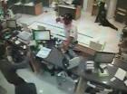 Momento en que uno de los asaltantes del banco BHD-León de Puerto Plata amenaza a una de las empleadas del lugar.