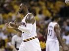 LeBron James, de los Cavaliers de Cleveland, hace un gesto a sus compañeros en la segunda mitad del encuentro de la serie semifinal de la Conferencia del Este frente a los Hawks de Atlanta