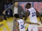 El jugador de los Warriors, Stephen Curry, arriba a la izquierda, festeja con su compañero Draymond Green (23) durante un partido contra Portland por los playoffs de la NBA.