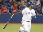 El dominicano Edwin Encarnación, de los Azulejos de Toronto, arroja el bate luego de conectar un jonrón de tres carreras frente a los Rangers de Texas
