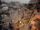 Rescatistas trabajan entre los restos de un edificio derrumbado en Nairobi, Kenia, el 30 de abril de 2016. Un edificio residencial de seis plantas se vino abajo en una zona pobre de la capital de Kenia en la víspera en medio de fuertes lluvias e inundaci