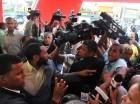 Golpes y empujones a la prensa son los protagonistas  en esta fotografía durante la inauguración del primer recorrido de la línea 2B del Metro de Santo Domingo.