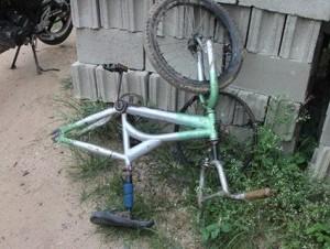 Bicicleta por la que se originó el incidente entre un joven y su tío en Corral Grande, Dajabón.