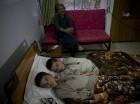 los niños paquistaníes Abdul Rasheed, de 9 años, izquierda, y Shoaib Ahmed, de 13 años, están exhaustos en la cama de un hospital en Islamabad, Paquistán. Los chicos son activos como cualquier otro niño durante el día. Pero una vez el sol se pone,