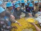 Empleados del conglomerado chino Tiens Group comiendo paella como parte de un paseo gratis por Madrid otorgado por el fundador de la empresa, el multimillonario Li Jinyuan.