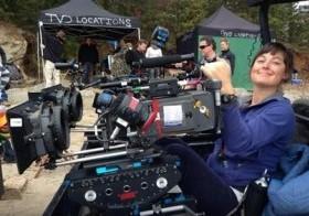 """En esta imagen sin fecha proporcionada por Richard Jones se ve a Sarah Jones rodando en exterior para la serie de televisión """"The Vampire Diaries"""". Jones murió en un accidente de rodaje en Georgia en febrero de 2014, y su muerte ha provocado convers"""