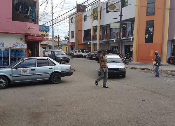 El desorden en el tránsito se ha convertido en una costumbre para los conductores en Santiago, muchos se estacionan por largo tiempo en zonas donde no deberían y no pasa nada.