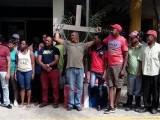 Se crucifican varias personas en demanda de la puesta en libertad del alcalde Tony Carrera y Salvador Rodríguez