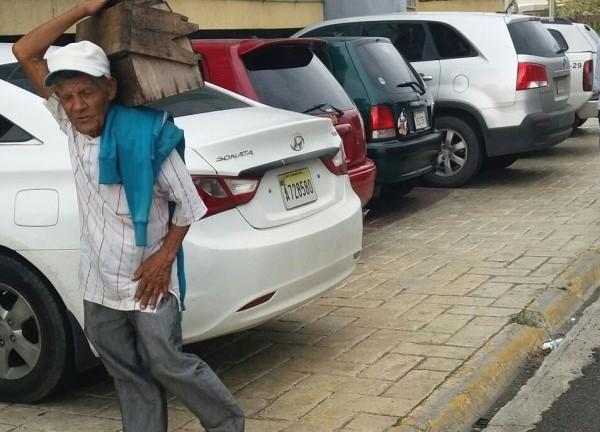 Con el peso de los años, y una voluntad firme de trabajo, este señor  de la tercera edad, camina todos los días, largos kilómetros, con su limpiabotas encima, en busca de un par de zapatos sucios que le den el sustento para seguir.