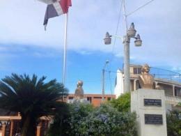 Rota por varias partes, con el color opaco, ondea triste en la parte frontal del ayuntamiento de Moca, nuestra Bandera Nacional.