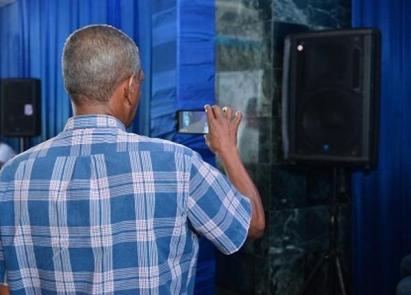 Este señor esta tratando de grabar audio con la cámara de su celular.Será esta una forma más tecnológica de guardar el sonido?