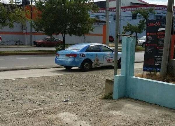 El conductor de este vehículo, propiedad del ayuntamiento, fue amonestado por la alcaldía por estacionarse en una acera.