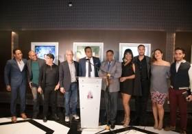 Parte del elenco durante la gala premier junto a Miguel Vásquez