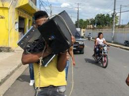 En una sanción poco usual, un coronel hizo caminar mas de un kilómetro a este hombre con varios artículos que había sustraído en Villa Riva, provincia Duarte.
