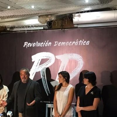 Alfonso Rodríguez junto a sus tres hijas.