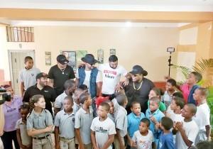 Mark B, Gabriel, Zion y Lennox junto a niños del hogar de acogida.
