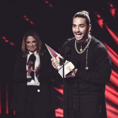 Maluma recibe premio.