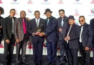"""José Alberto """"El Canario"""" y el Septeto Santiaguero muestran el premio que conquistaron anoche en el Latin Grammy."""