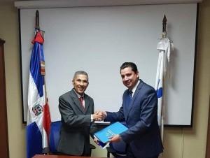 Los doctores Enrriquillo Matos y Arisnachy Gómez Díaz firmaron el acuerdo.