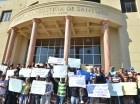 Los manifestantes llegaron al palacio de justicia con su reclamo.
