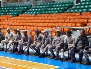 Policía y militares en la parte interna de la Arena del Cibao antes de comenzar los partidos.