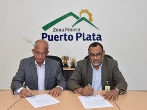 Loweski Luciano y Héctor Jerez firman el convenio.