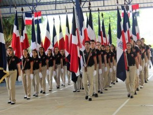 Estudiantes del colegio rindieron honor a la bandera.