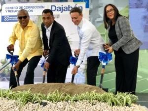 El procurador Jean Rodríguez mientras da el primer palazo para la ampliación del CCR de Dajabón junto a las demás personalidades que participaron en la actividad.